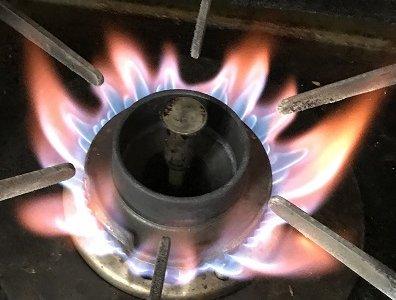 ガスコンロの火が赤い場合の原因と対処法